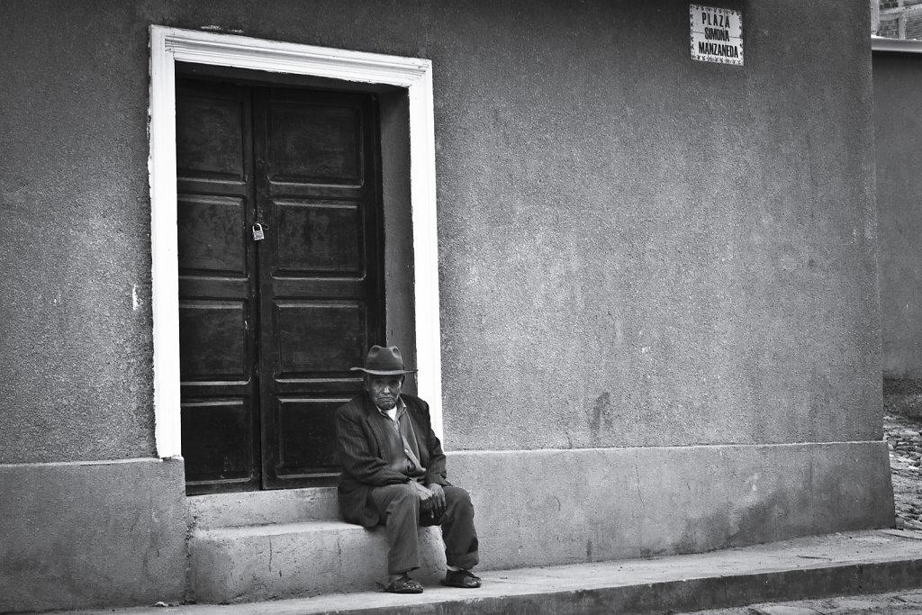 el viejo en la plaza